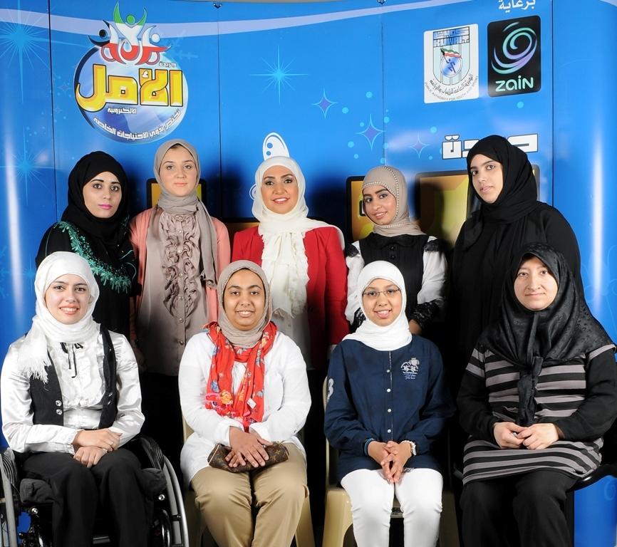 لقطة تذكارية لفريق عمل بزة للفتيات من ذوي الاعاقة