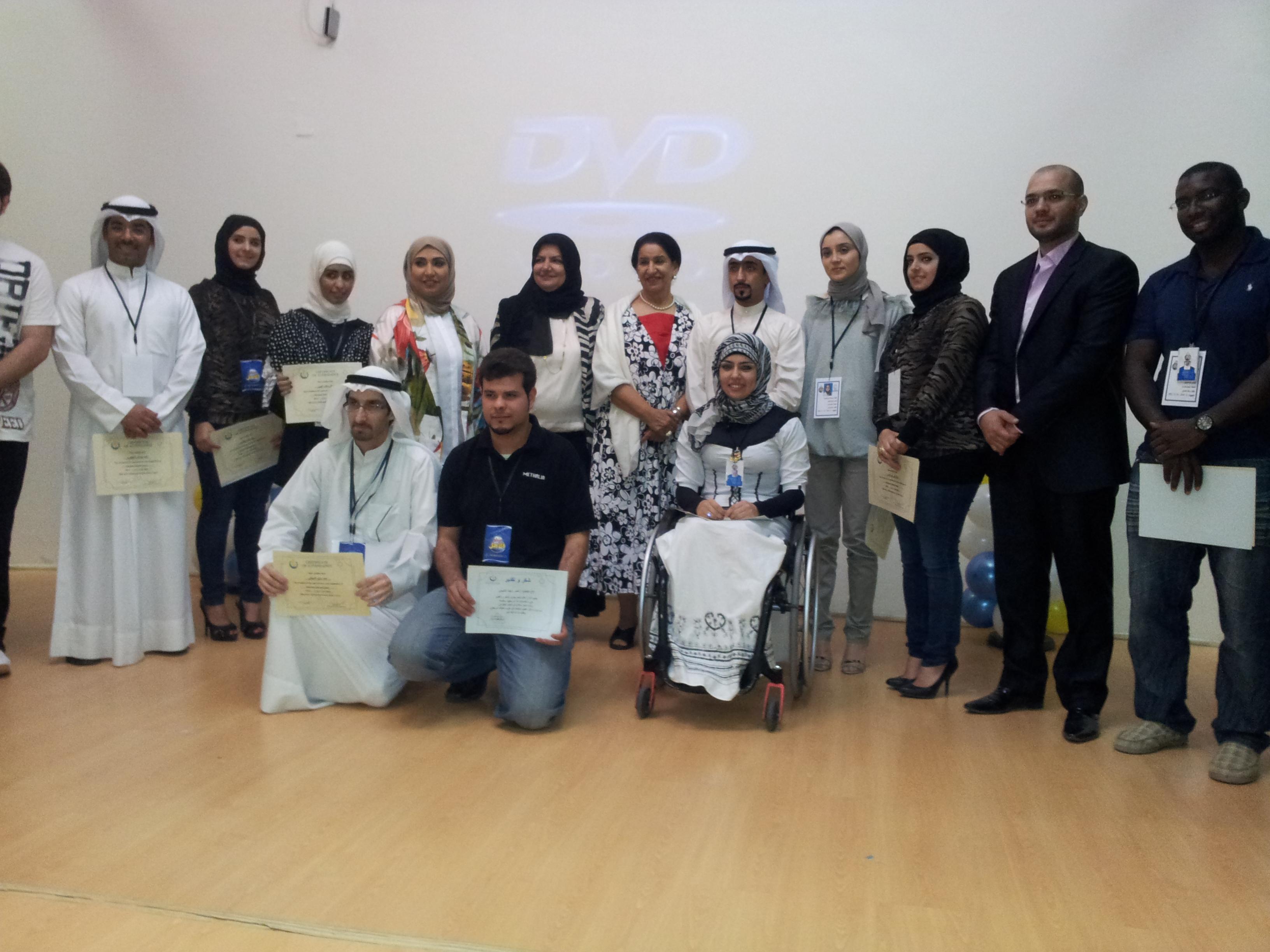 """صورة جماعية بعد الانتهاء من دورة تدريبية في """" كيفية التعامل مع ذوي الإعاقة """" لدي مركز الخرافي لأنشطة اطفال المعاقين"""