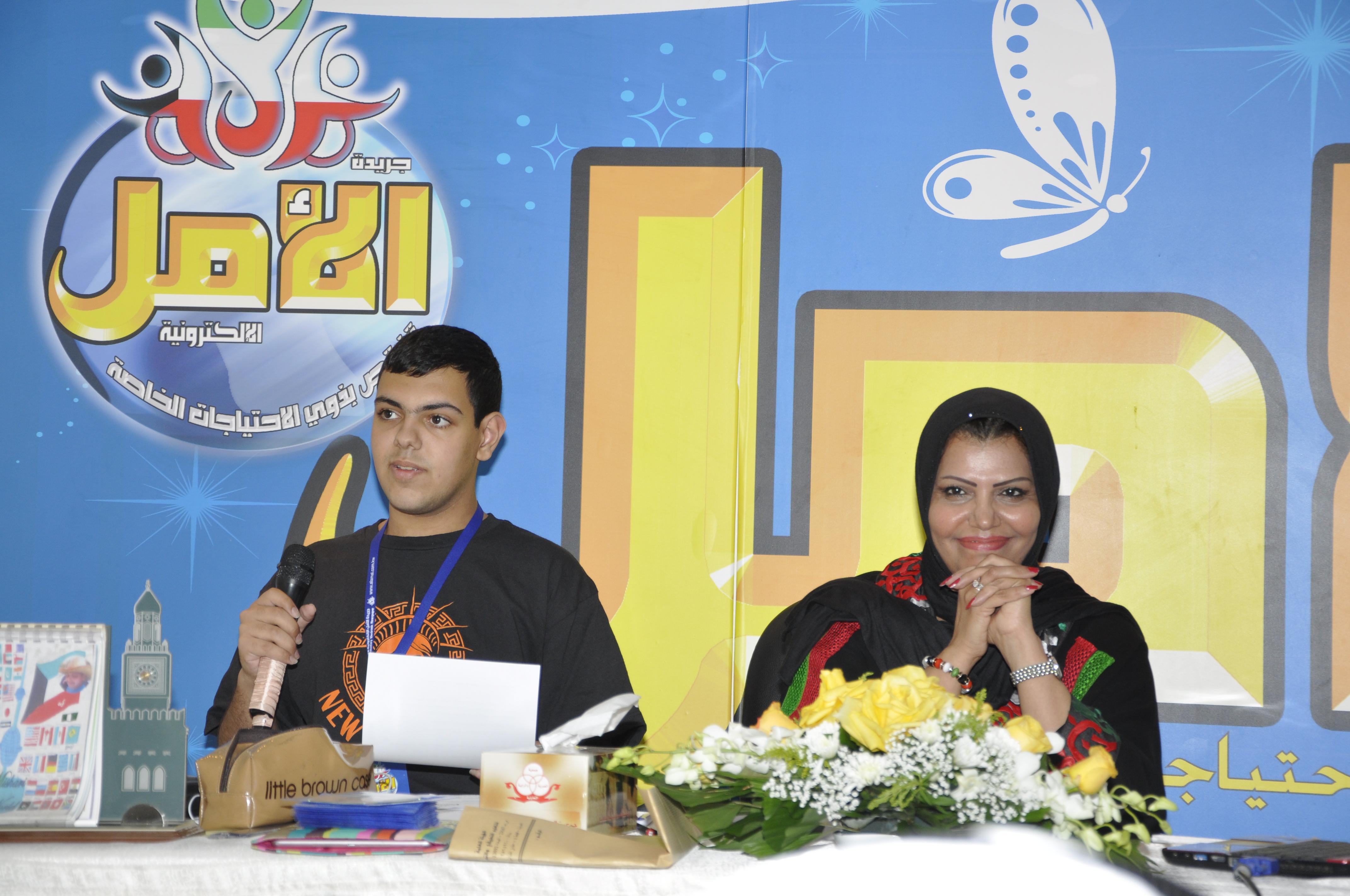 الاستاذه منى الانصاري وابنها مشاري ابل في محاضرة توعوية عن التوحد